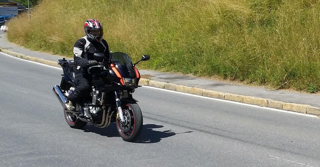 Gleich und gleich gesellt sich gern, diese Redewendung trifft beim Motorradgruß voll zu.