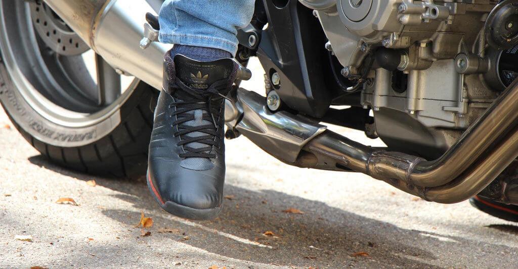 Sneaker bieten dir nicht den ausreichenden Schutz und lassen dich nicht weit genug wachsen.