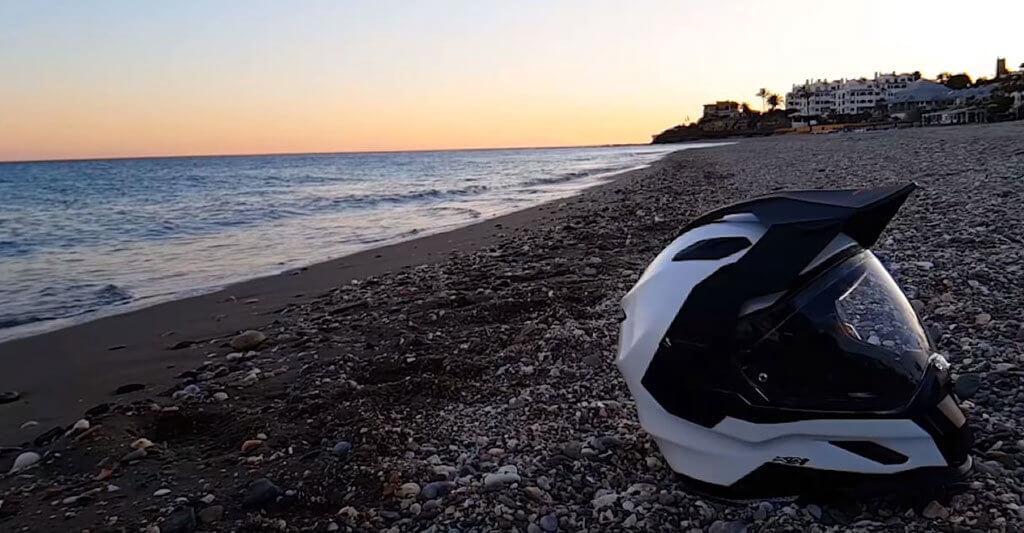 Kaufe dir einen Motorradhelm mit einem großen Sichtfeld um nichts Tolles auf deiner Tour zu übersehen.