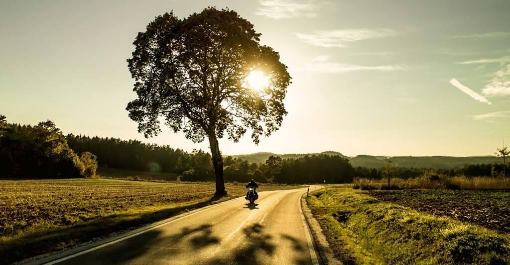 Genieße deine Fahrt, wenn die Sonne noch imstande ist deine Motorradbekleidung zu wärmen.