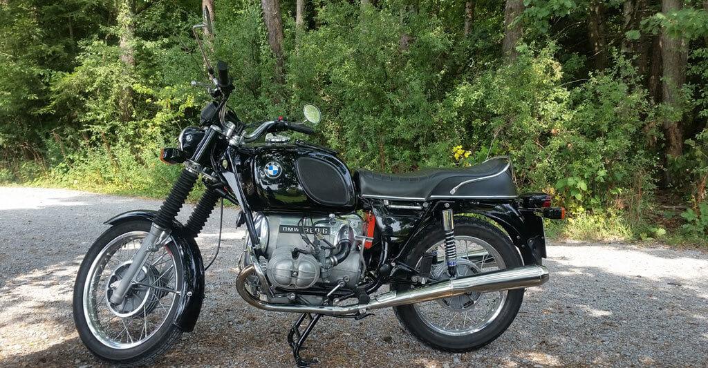 Du siehst das Motorrad, aber siehst du auch, was sich im tiefen Wald dahinter verbirgt?
