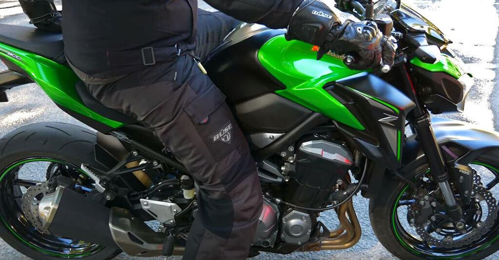 Die richtige Motorradbekleidung wird dich dabei unterstützen, dass du wieder wohlbefunden nach Hause zurückkehren kannst.