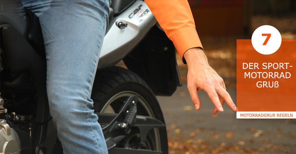 Bei sportlichen Motorradfahrern ist dieser Gruß sehr beliebt, da er auch das Können eines Motorradfahrers verdeutlicht. Hier wird in der Kurve gegrüßt, wenn das Motorrad komplett in Schieflage ist und dass Knie die Straße beinahe, oder mit dem Knieschleifer sogar berührt. Da dieser Gruß sehr anspruchsvoll ist, sollte er nur von sehr guten Motorradfahrern praktiziert werden, da man sonst das letzte Mal die Gelegenheit hatte einen Menschen zu grüßen. Da bei diesem Gruß schon Motorradfahrer gestorben sind, wird er auch als der Goldene Gruß bezeichnet.