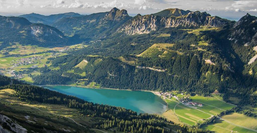 Um die Landschaft Österreichs noch intensiver genießen zu können, bietet es sich beispielsweise an eine kleine Hütte in den Bergen für ein paar Tage zu mieten.