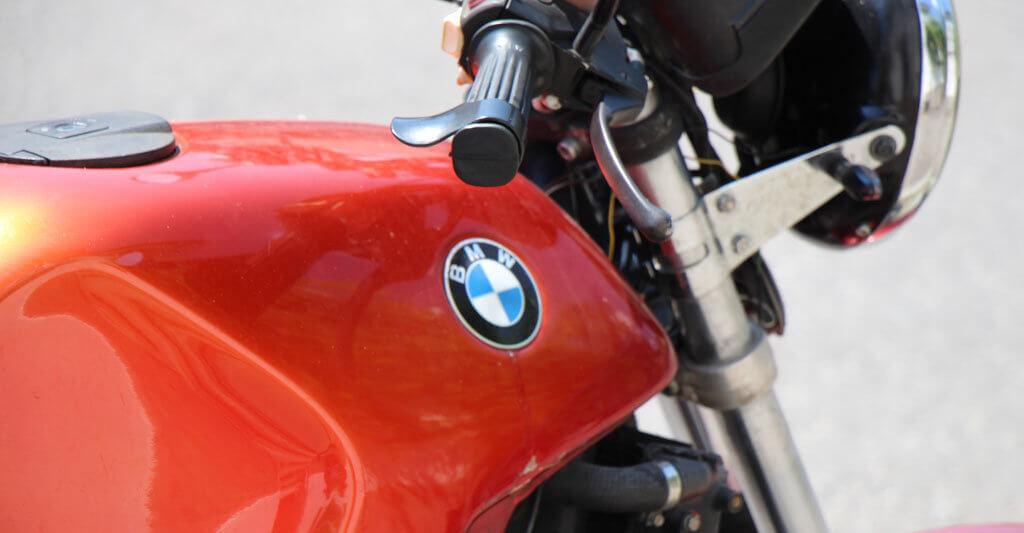 Motorräder der Marke BMW sind bei Motorradfreunden sehr beliebt. Vielleicht hast du Glück und findest eine schöne BMW für wenig Geld.
