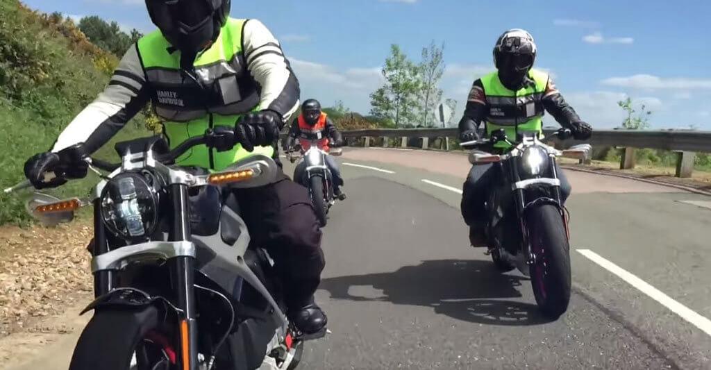 Wie von einem anderen Stern so kommen die schönen Elektrobikes von Harley auf der Straße daher.
