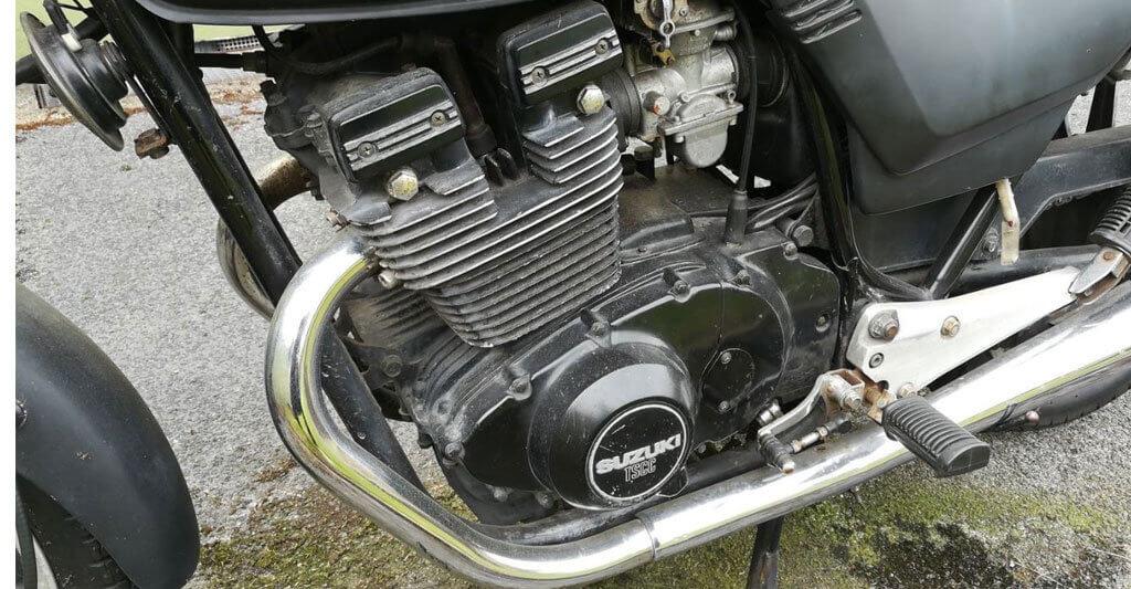 Schau dir den Motor genau an. Wenn du angebrochene Kabel, abgesplitterte Teile oder eine tropfende Flüssigkeit siehst, renne weit weg und komm nicht mehr zurück.