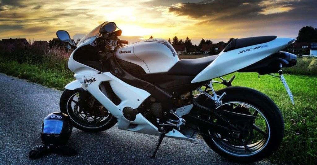 Mit seinem Motorrad dem Sonnenuntergang entgegen fahren ist eines der Erlebnisse, die sich in dein Herz brennen.