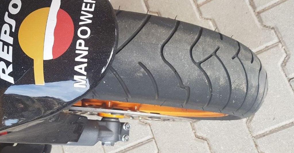 Die Reifen verraten dir, ob der Besitzer das Motorrad nur als günstiges Fortbewegungsmittel genutzt hat, oder bereit, war Geld in die Erhaltung der Maschine zu investieren.