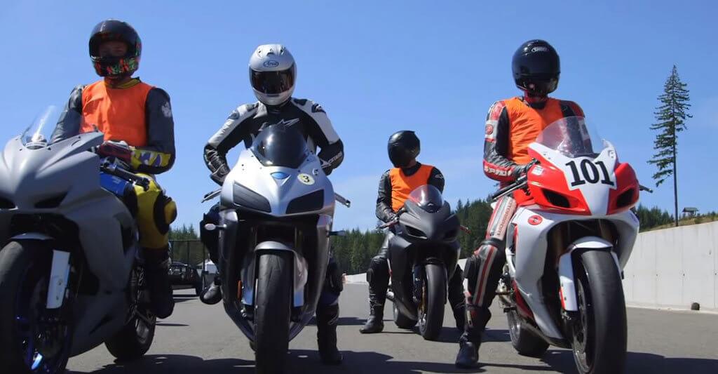 Bei dem Motorrad Sicherheitstraining lernst du viele neue Motorradfreunde kennen.