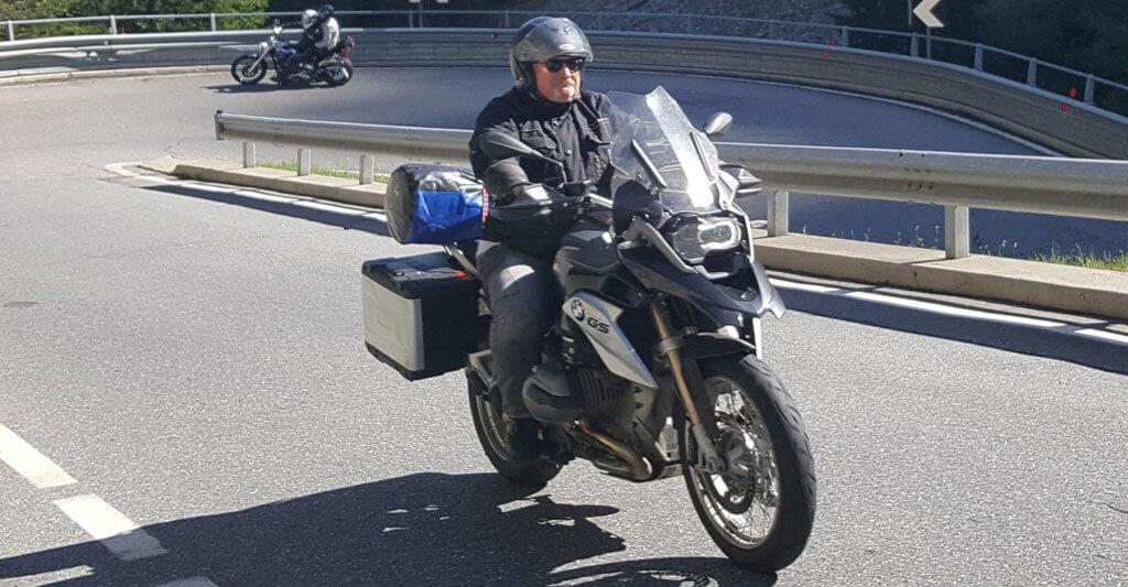 Schau dir die richtige Sitzposition von erfahrenen Motorradfahrern ab.