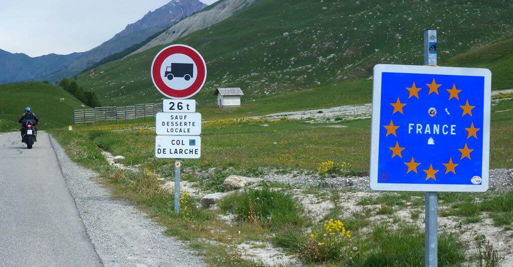 Sobald du die Grenze nach Frankreich überschritten hast, gelten die französischen Gesetze.