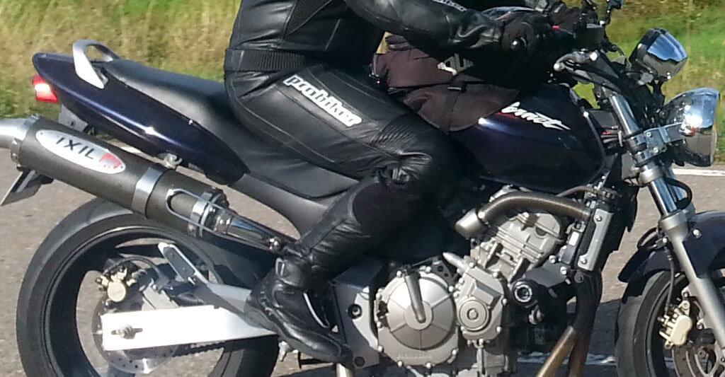 Schau das dein Motorrad die richtige Höhe hat, sonst wird es unbequem und unsicher.