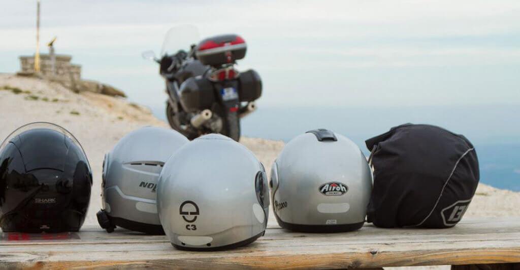 Du kannst deinen Motorradhelm kostengünstig mit klebenden Reflektoren einfach nachrüsten.
