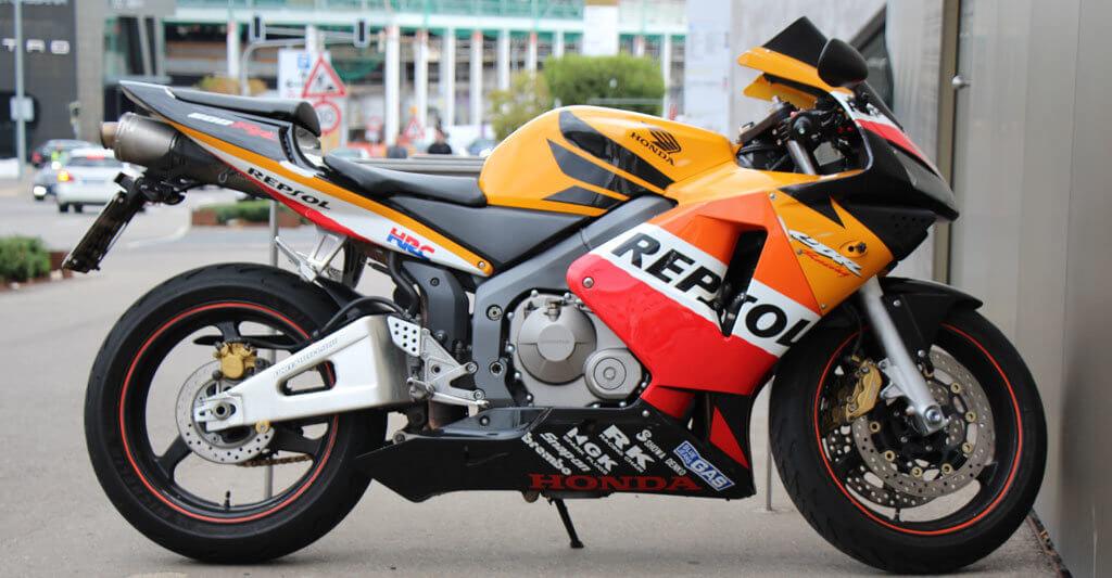 Wenn du ein hochwertiges Motorrad besitzt, dann versichere es mit der Vollkaskoversicherung.