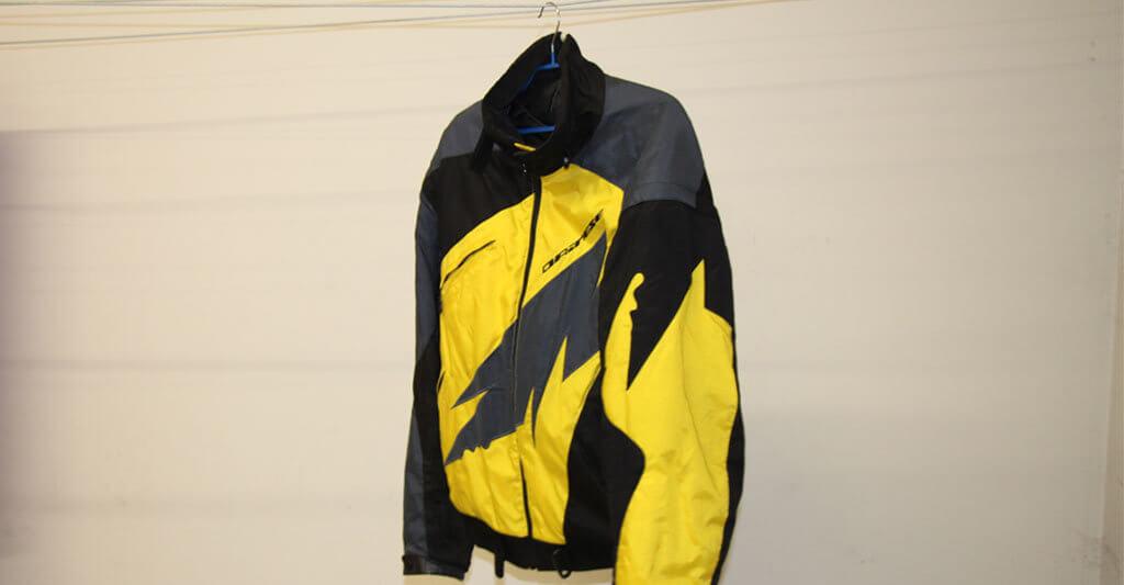 Ich hänge meine Motorradjacke aber immer nach der Handwäsche an einen Kleiderbügel bei Zimmertemperaturen in einem trockenen Raum mit etwas Durchzug auf.
