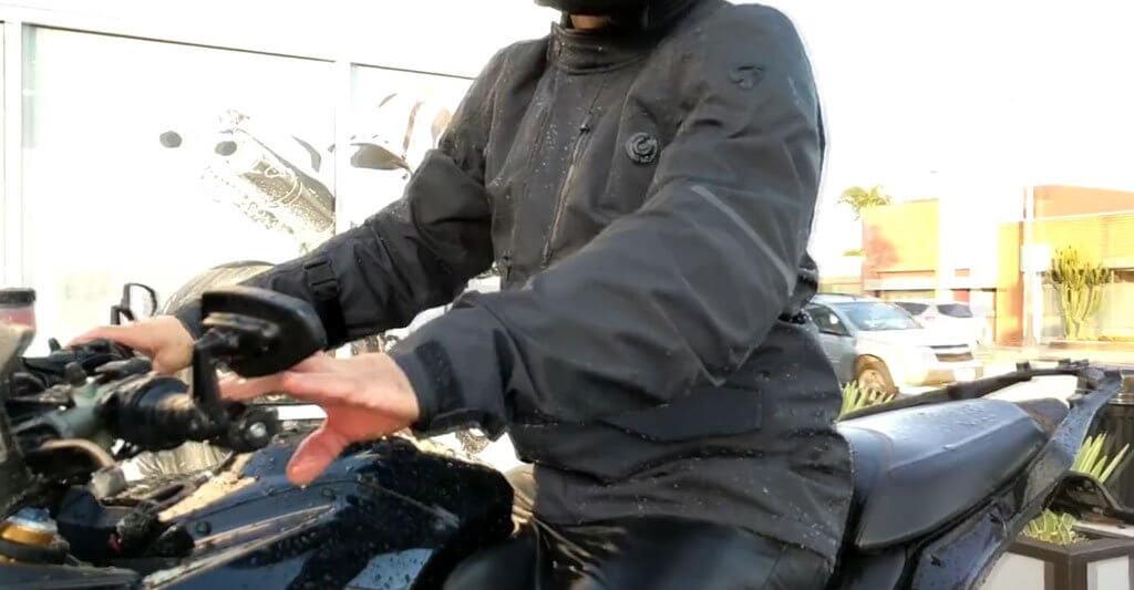 Wenn deine wasserdichte Motorradjacke Regen einlässt hast du vielleicht einen Fehler beim Waschen gemacht.