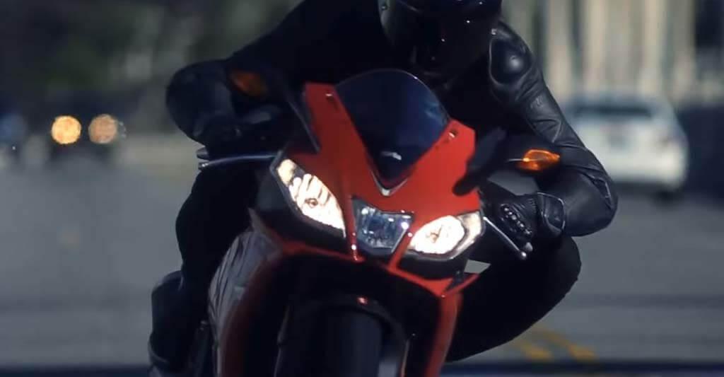 Ein Motorradhandschuh sollte nicht zu locker an deiner Hand sitzen, sodass du die volle Kontrolle über dein Motorrad zur jeder Zeit behalten kannst.