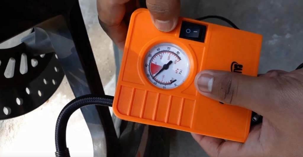 Mit einem günstigen Messgerät kannst du den Druck in deinen Reifen auch einfach und jederzeit ermitteln. Aber wer schleppt so ein Gerät mit auf seiner Tour?