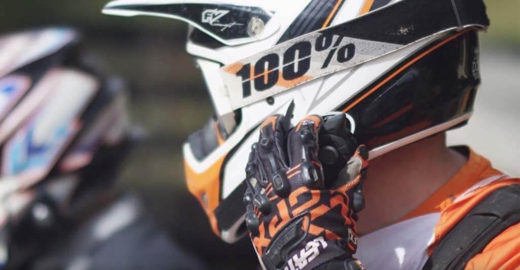 Ein voller Akku kann bei deinem Motorrad Headset nicht schaden. Darum sorge dafür das der Saft nicht ausgeht.
