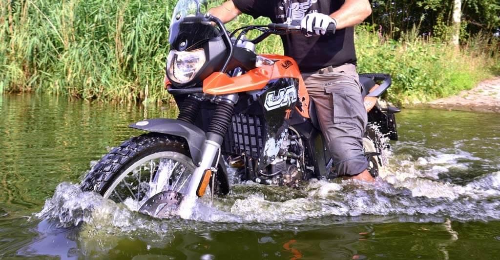 Lass deine Batterie Motorrad nicht einfach im Regen stehen.