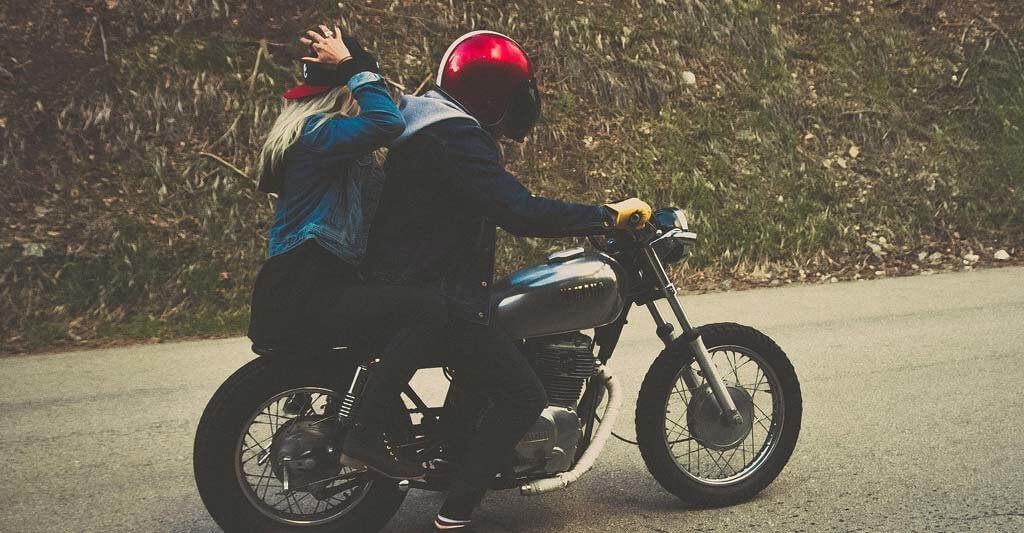 Auf dem Bike ohne einen Motorradhelm zu fahren ist nicht nur verboten, sondern auch sehr gefährlich.