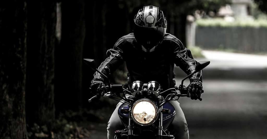 Leder Motorradjacken sehen nicht nur gut aus, sondern schützen dich auch auf dem Bike.
