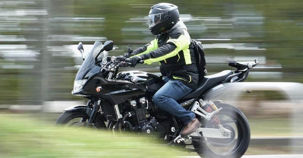 Gerade wenn du schneller mit dem Motorrad unterwegs bist, ist ein nicht optimal passender Helm keine Option.