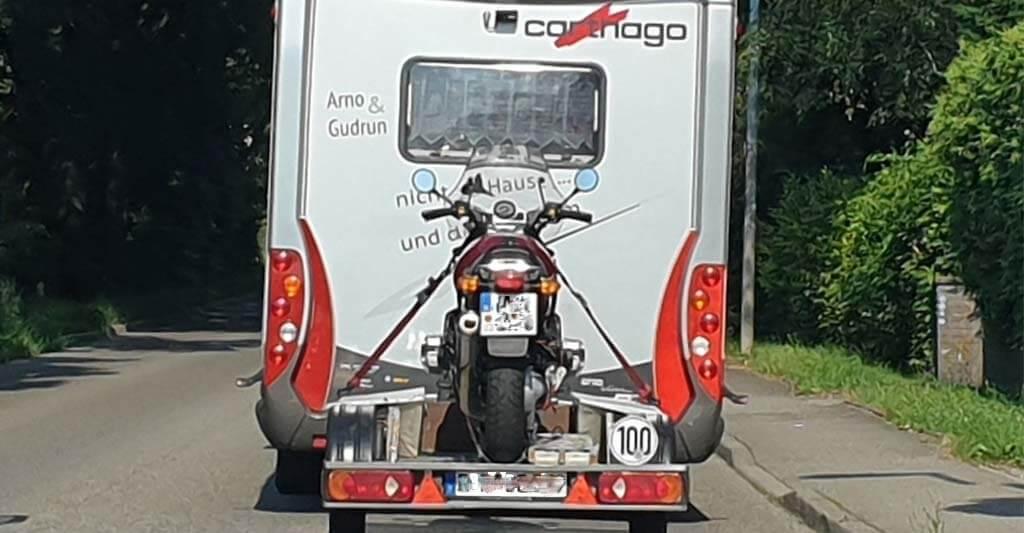 Wenn du ein echter Biker bist, gehört dein Motorrad bei jedem Urlaub einfach mit dazu. Hol dir also entweder eine stabile Auffahrrampe oder einen flachen Anhänger.
