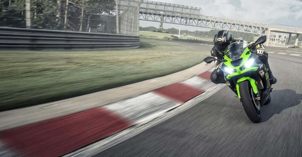 Die Kawasaki Ninja ZX-6R liegt schön in der Kurve und versprüht besonders auf der Rennstrecke einen enormen Fahrspaß.