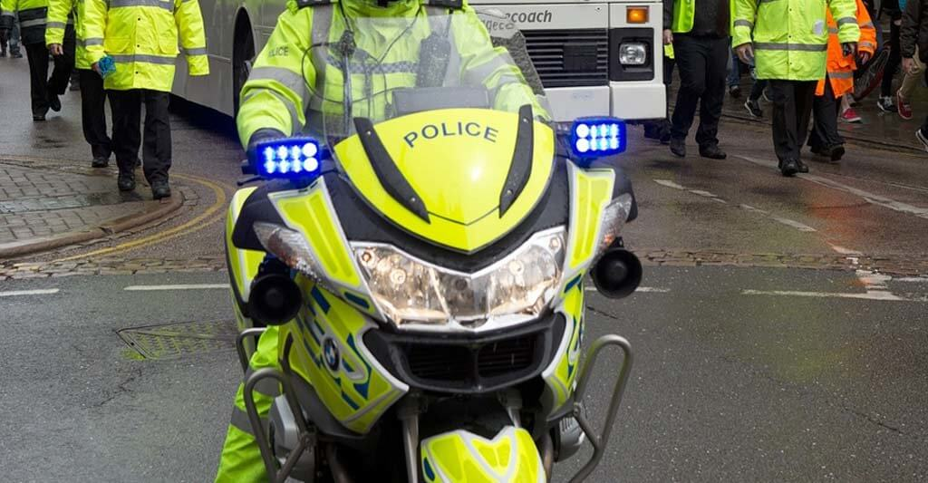 Auch die Polizei setzt auf Motorradbekleidung Signalfarben. Klar man kann natürlich auch übertreiben, wenn auch das Motorrad neongelb ist. Aber ich hoffe, dir wird klar, was ich damit sagen möchte.