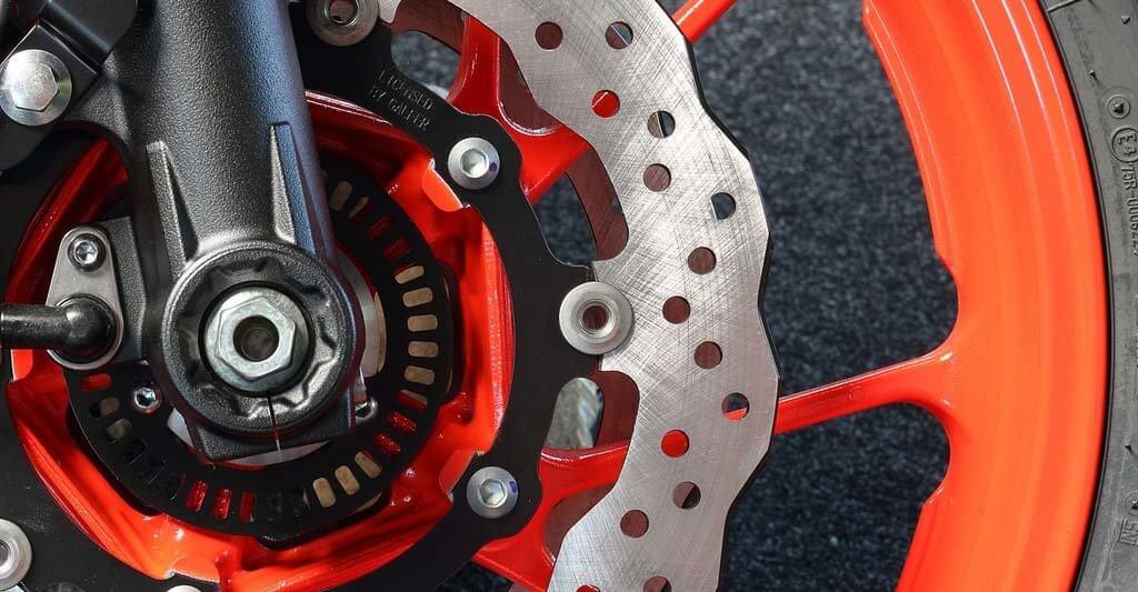 Wann Motorrad Bremsscheiben wechseln? Prüfe genau und lass dich nicht von den schönen Felgen ablenken.