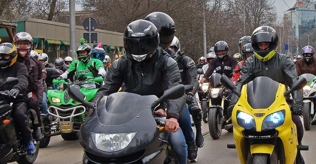 Es wird Zeit nach dem langen und kalten Winter wieder in deine Motorradbekleidung und deinen Helm zu schlüpfen und die Freiheit und die Sonne auf deiner Haut zu spüren.
