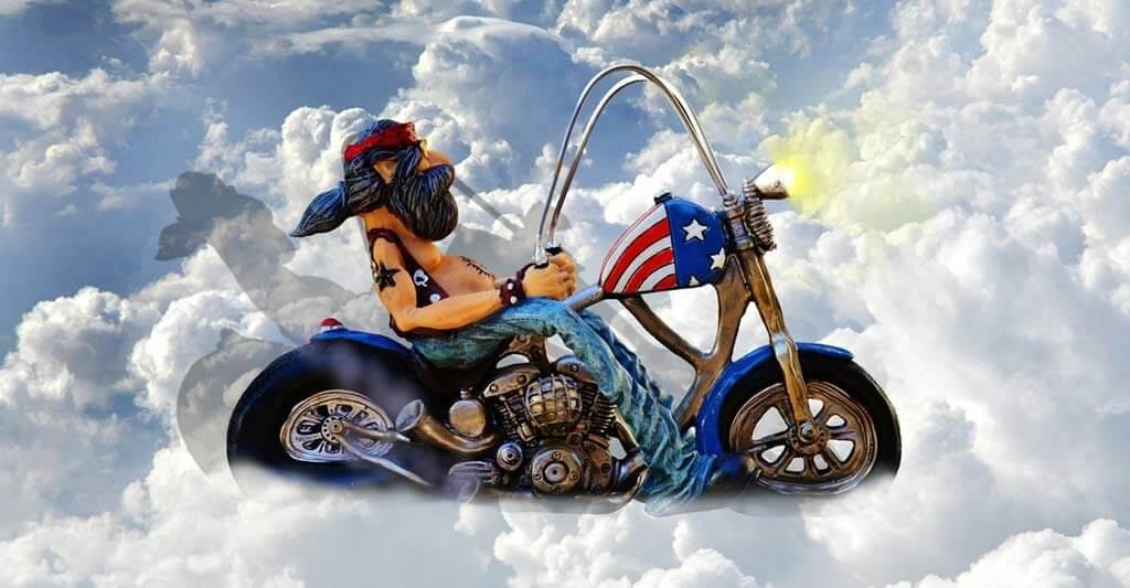 Über den Wolken ist die Freiheit grenzenlos. Wenn du an dieses Gefühl ganz nah herankommen möchtest, kaufe dir ein Motorrad.