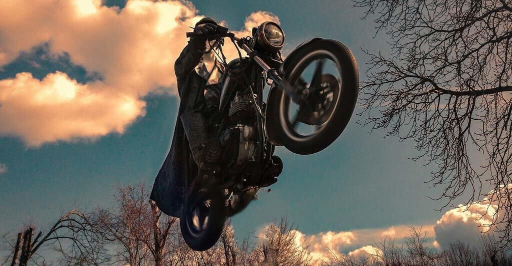 Du scheinst förmlich zu fliegen, aber bist dennoch mit beiden Reifen auf dem Boden.