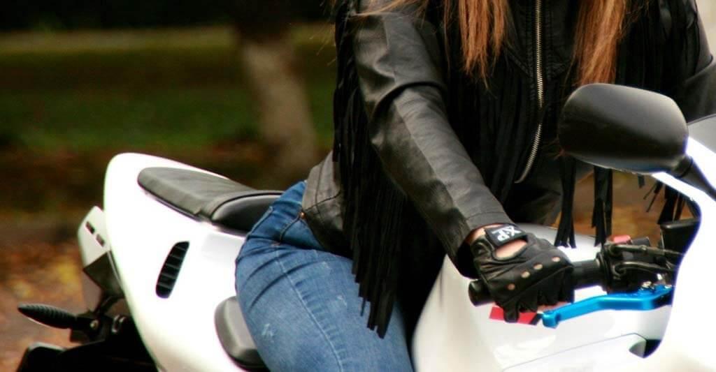Fingerlose Motorradhandschuhe sind natürlich bequem, aber bieten dir nicht den ausreichenden Schutz bei einem Unfall.