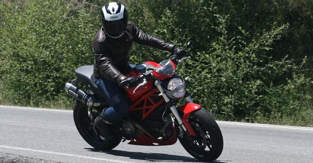 Natürlich musst du auch auf dem Bike sicher sein und gut aussehen. Mit der Motorrad Airbagweste gelingt dir das ganz einfach.