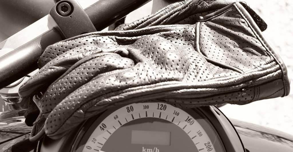 Behandel deine Motorradhandschuhe gut und sie werden dir lange treue Dienste tun. Ganz egal, ob mit oder ohne Stulpen.