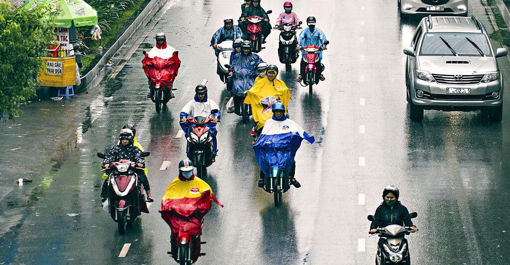 Wenn mehrere Menschen mit dem Zweirad unterwegs sind, trägt dies auch dazu bei, dass weniger Treibstoff verbraucht wird. Denn es macht einen Unterschied, ob du mit deinem leichten Motorrad oder mit deinem schweren Auto fährst.