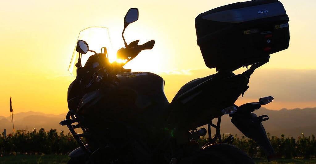 Wenn du dein Motorrad ohne Helm fotografierst, weil er so bequem auf deinem Kopf sitzt, hast du alles richtig gemacht.