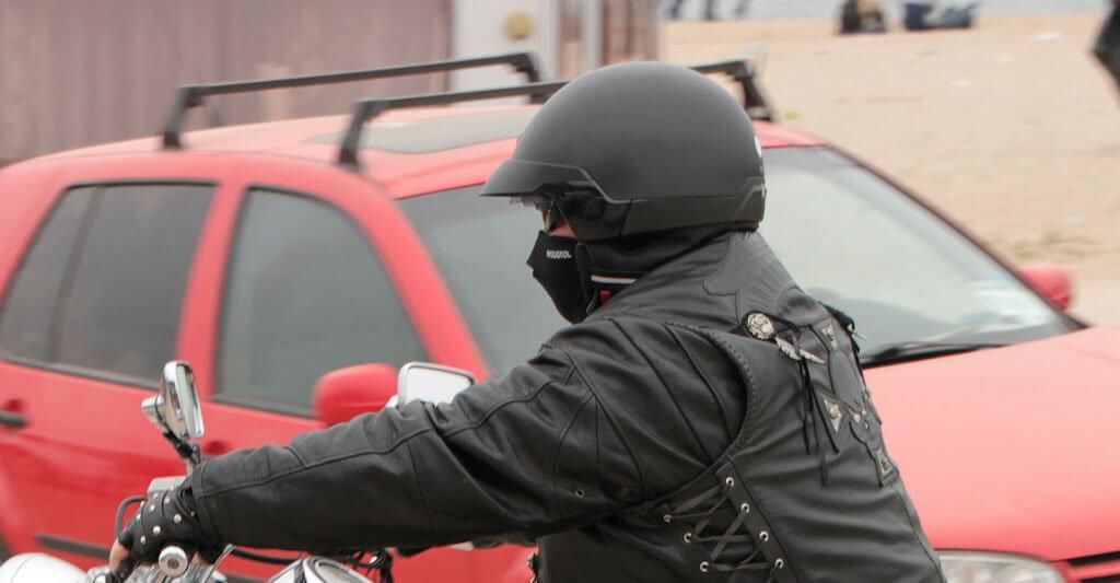 Mit einem dunklen Helm und Outfit bist du am besten getarnt, aber willst du dass überhaupt?