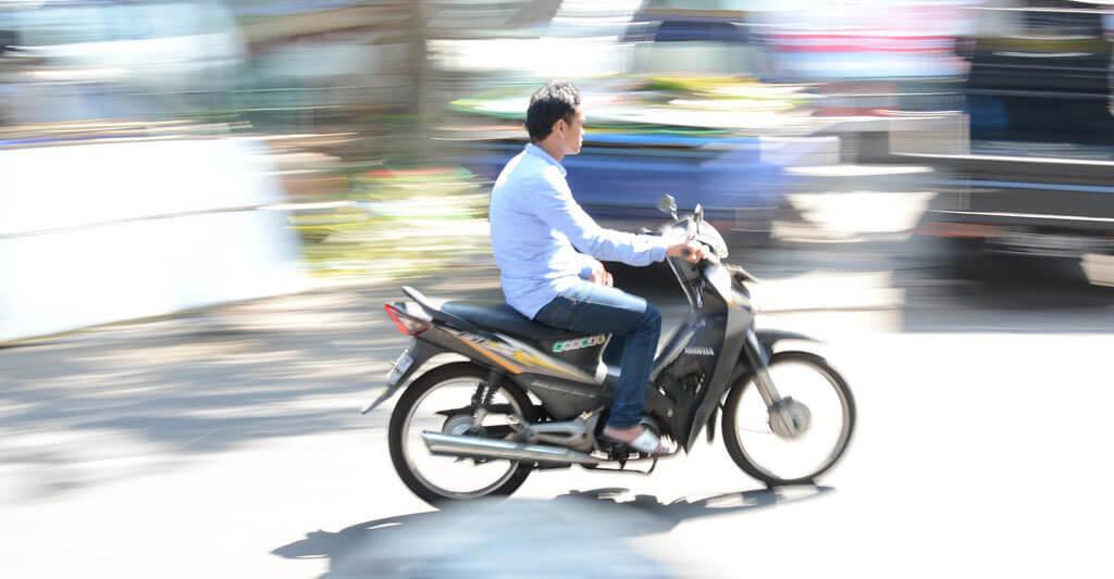 Wenn du ohne Motorradhelm Motorrad fährst, kannst du nicht nur deinem Geldbeutel, sondern vor allem dir und deinem einzigen Kopf schaden.