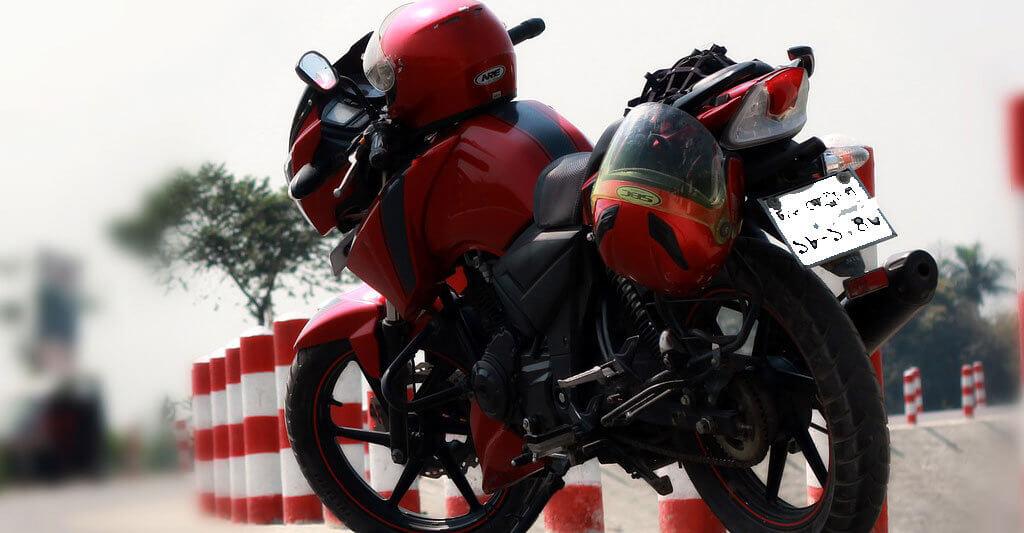 Befestige den Helm so an deinem Motorrad, dass er nicht herunterfallen kann.