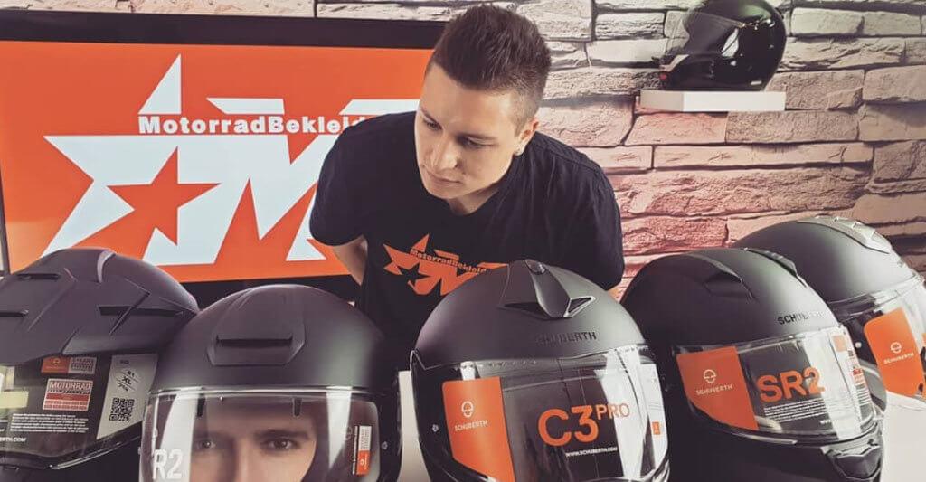 Werfe deinen Blick auf das Visier des Helms und schaue, ob es nach dem Doppelscheibenprinzip gefertigt wurde.