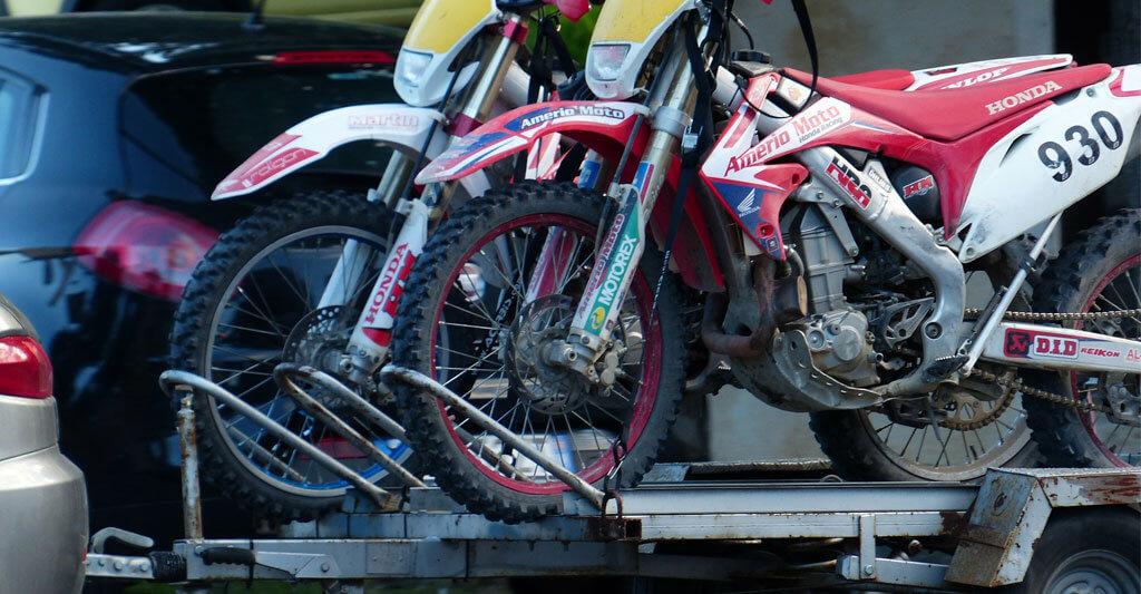 Mit dem richtigen Motorradanhänger kannst du auf geringem Platz mehrere Bikes transportieren.