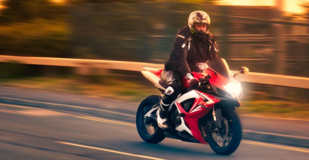 Eine sichere Fahrweise ist wichtiger als der Gruß anderer Biker.