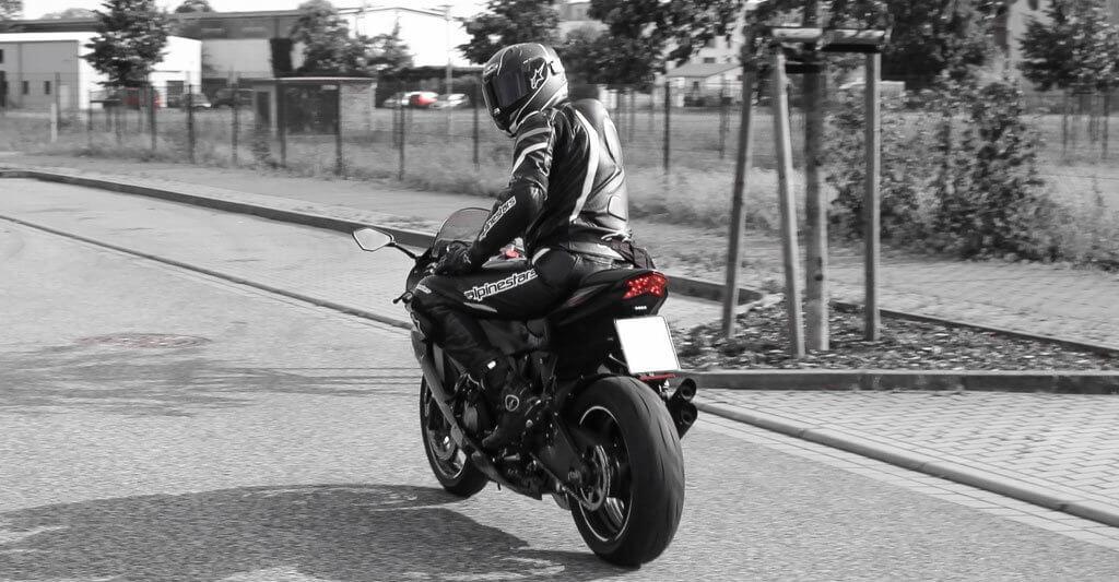 Auch eine Motorradlederkombi ist eine gute und beliebte Alternative zu einer Motorradjacke und Hose.