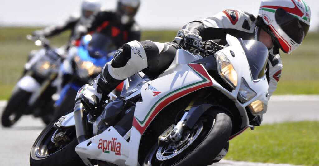 In der Kurve wird es schwer zu grüßen Motorradfreund.
