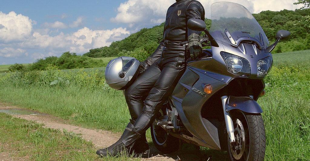 Ein Tourenmotorrad nimmt dich mit auf eine großartige und lange Reise um die Welt.